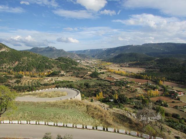 Riópar y río Mundo carretera y vista a Riópar Viejo