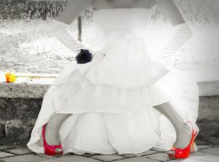 Bride | Vantagens de ter consultoria de imagem para noivas - Vestido de noiva branco, sapatos vermelhos