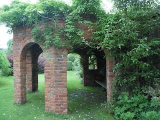 altana z cegły w ogrodzie