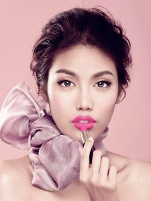 Phun môi màu hồng tươi