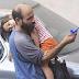 ΜΟΝΟ ΣΤΑ ΠΑΡΑΜΥΘΙΑ!!!33χρονος πατέρας Πουλούσε στυλό στους δρόμους κουβαλώντας την κόρη του στον ώμο... για ένα πιάτο φαγητό στην οικογένειά του...ΞΑΦΝΙΚΑ…ΑΛΛΑΞΑΝ ΟΛΑ...ΑΠΙΣΤΕΥΤΑ...  (ΦΩΤΟ&ΒΙΝΤΕΟ)