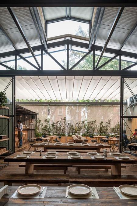 Restaurante no México com decoração rústica tradicional e leve cm madeira de demolição