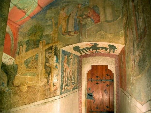 Svatováclavská legenda – Sv. Václav lisuje víno. Vchod do místnosti v 1.  patře věže se znaky moravské orlice 59f9199664