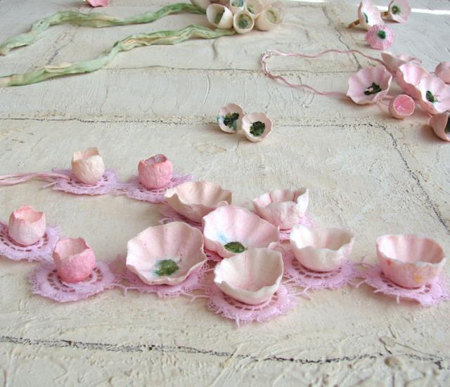 Maxi collane, orecchini e anelli di carta dipinti a mano, tinte pastello
