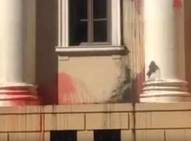 Επίθεση με μπογιές στο Δικαστικό Μέγαρο της Πάτρας