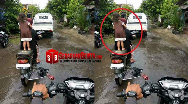 Ya ampun , Seorang Ibu Membiarkan Anak Berdiri Di atas Sepeda Motor Yang Sedang Melaju.