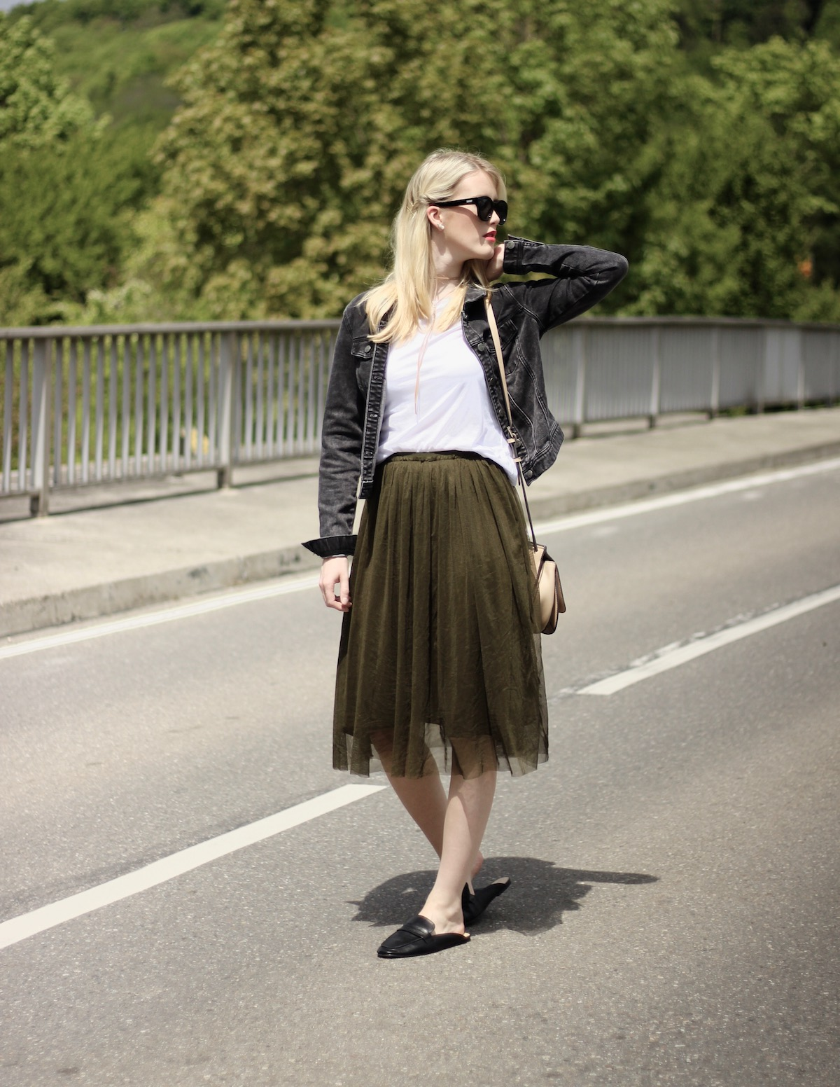 Fashion Outfit Basicshirt Tülle Skirt Slippers www.theblondelion.com