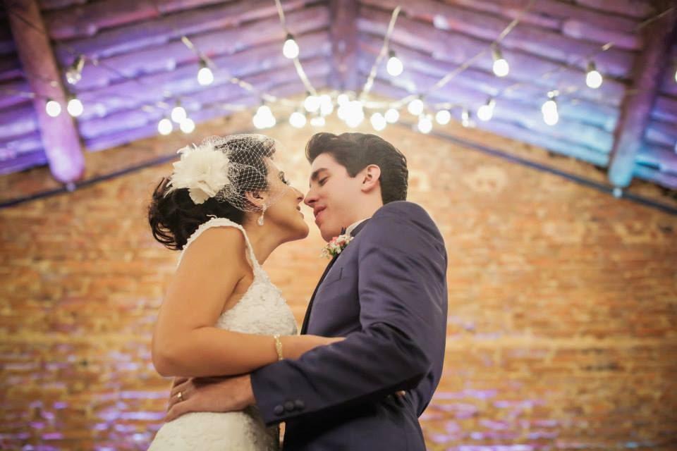 casamento-lindo-singelo-cerimonia-noivos-primeiro-beijo