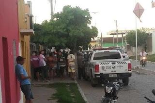Assaltantes armados rendem vigilante e fazem arrastão em agência dos Correios