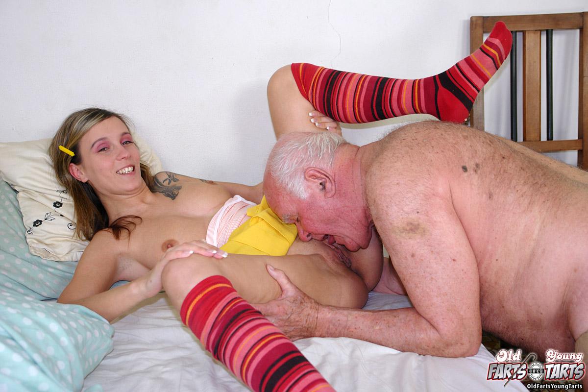 Брюнетка со стариком в гостях у его друзья смотреть онлайн