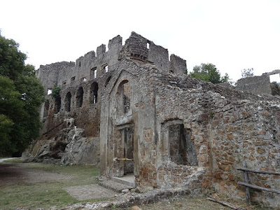 """""""Fontana chiesa e castello a Monterano"""" di Livioandronico2013 - Opera propria. Con licenza CC BY-SA 3.0 tramite Wikimedia Commons - https://commons.wikimedia.org/wiki/File:Fontana_chiesa_e_castello_a_Monterano.JPG#/media/File:Fontana_chiesa_e_castello_a_Monterano.JPG"""