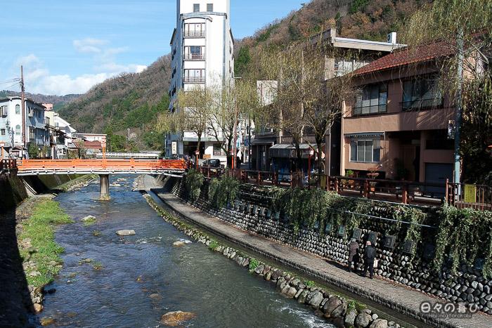 vue sur la rivière haruki depuis l'office de tourisme à yumura