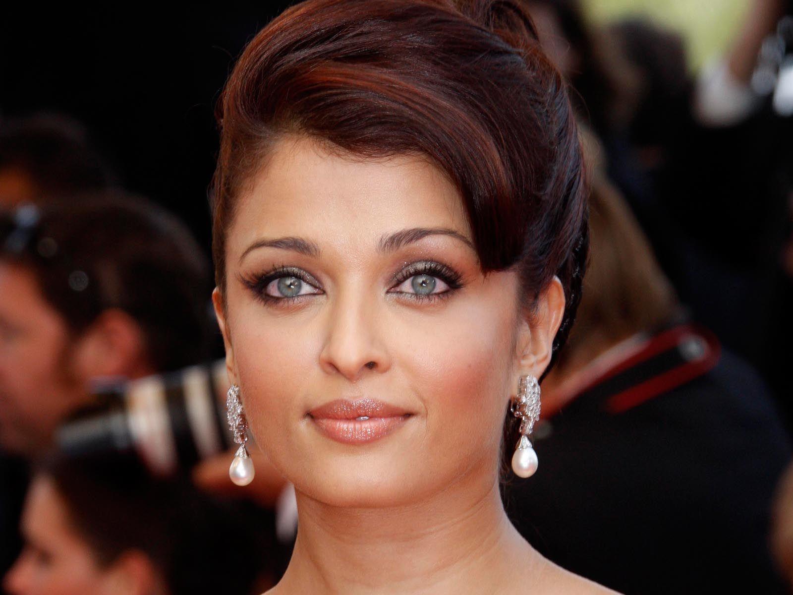 Hot Bollywood Actress 18+ - Home | Facebook
