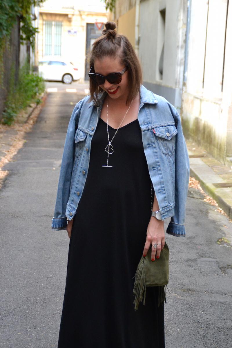 robe longue noire Asos, veste en jean Levi's, collier SeeMeOrg, sac seau a frange kaki