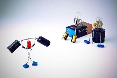 Robots hechos con circuitos de radio reciclados