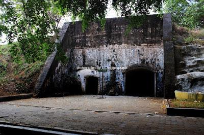 Pohon rindang menutupi sebagian bangunan di Benteng Pendem.