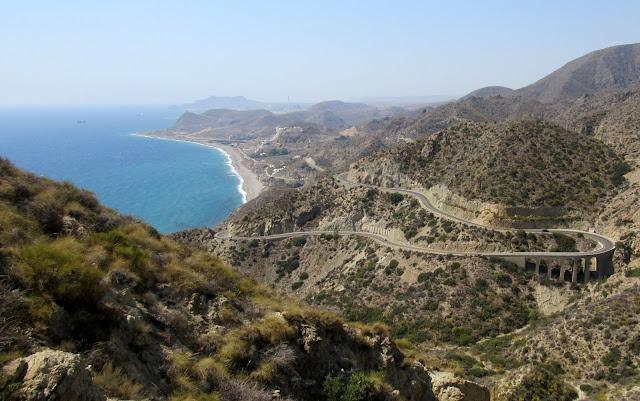 Playa del Algarrobico. Carreteras serpenteantes. Parque natural de Cabo de Gata-Níjar