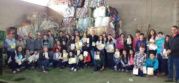 Alunos e professores da escola Severo de Andrade em visita a Cooperativa
