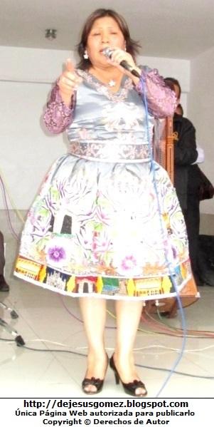 Foto de Perlita de Huaral cantando en el escenario por Jesus Gómez