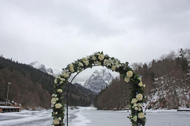 Eisblau und Leuchtrot, Winterhochzeit in den Bergen von Bayern, Riessersee Hochzeitshotel Garmisch-Partenkirchen, Winter wedding in Bavaria, Germany