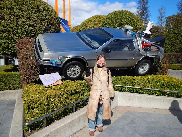 Tatiana frente a una reproducción del Delorean de Regreso al Futuro