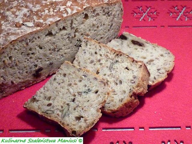 Chleb z ziarnami i śliwką