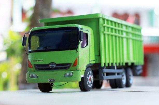 truk miniatur fuso dari kayu warna hijau