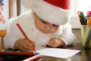 Hijo haciendo la carta a Santa Claus