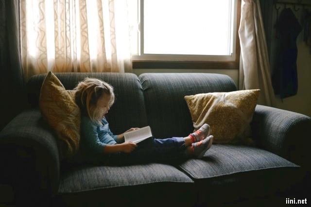 ảnh bé gái ngồi đọc sách rất là dễ thương