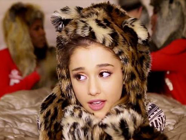 Video: Ariana Grande - Santa Tell Me
