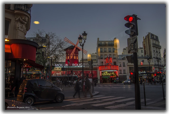 Vista del Moulin Rouge da Starbucks - 5 Place Blanche, 75009 Paris, Francia