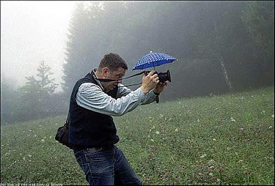 Lustiger Natur Fotograf arbeitet im Regen komische Bilder
