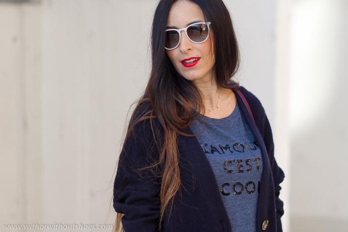 Look blogger embarazada comodo con zapatillas deportivas adidas y falda