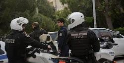 Έληξε μετά από περίπου 16 ώρες η ομηρία σε διαμέρισμα της Νέας Σμύρνης όπου ένας άνδρας κρατούσε όμηρο τον πατέρα του από το απόγευμα της Με...