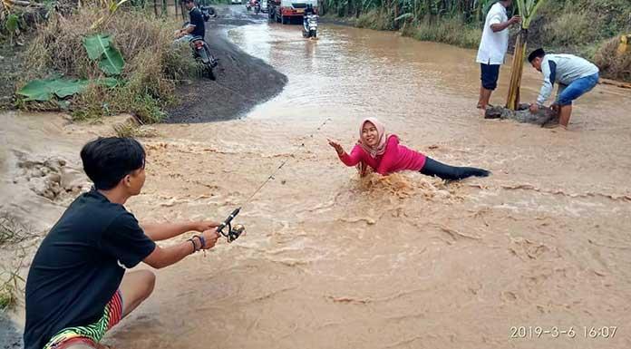 Aksi Gadis Puloampel Bergaya Bak Model di Jalan Rusak