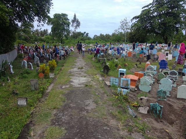 Jelang Ramadhan, Ratusan Pengunjung Bersihkan Makam Keluarga di TPU Pauh
