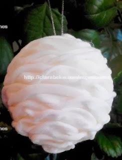 http://clarabelen.com/inspiraciones/4467/como-hacer-una-bola-de-navidad-con-trapillo/