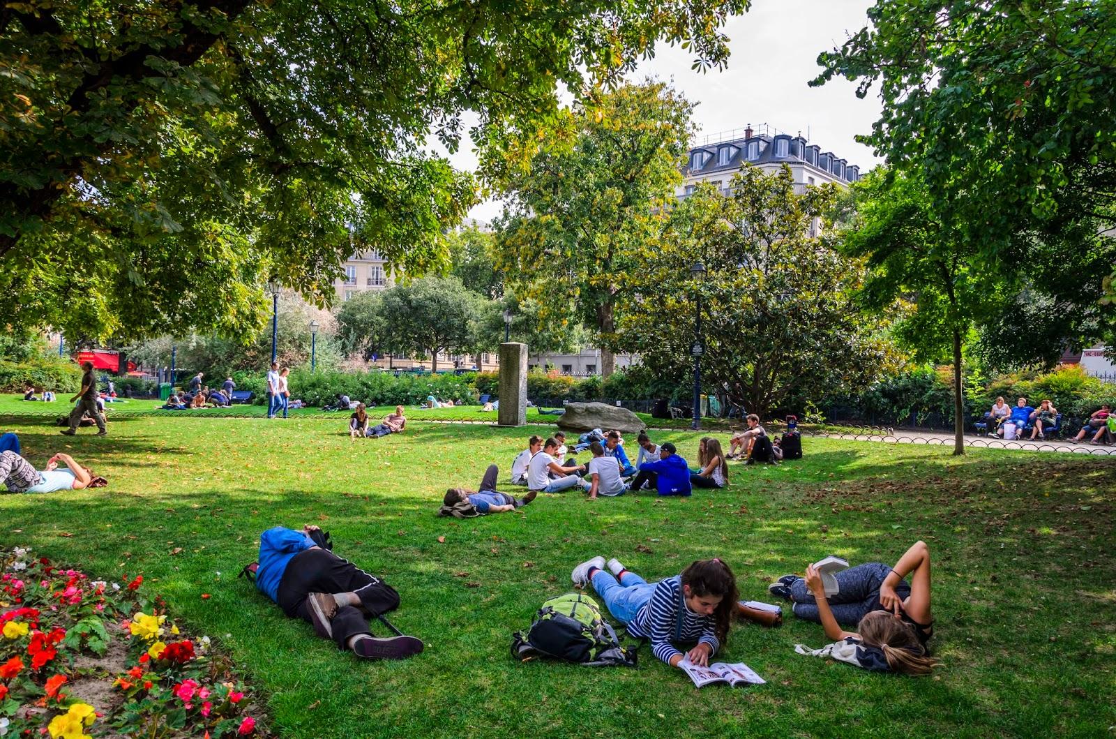 Pessoas deitadas na grama em Paris