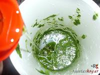 Añadiendo aceite al mojo verde canario