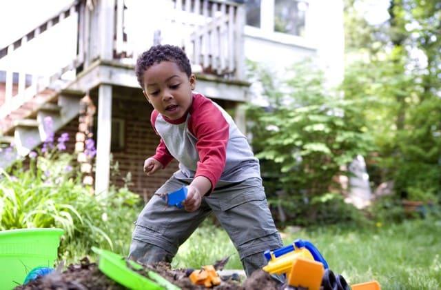 Ajarkan anak mandiri, bukan berarti kamu membiarkan dia melakukan semuanya sendiri