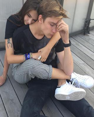 pose en pareja abrazados