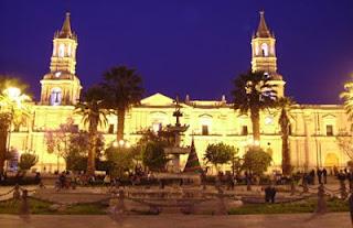 Foto de la Plaza de Armas de Arequipa de noche