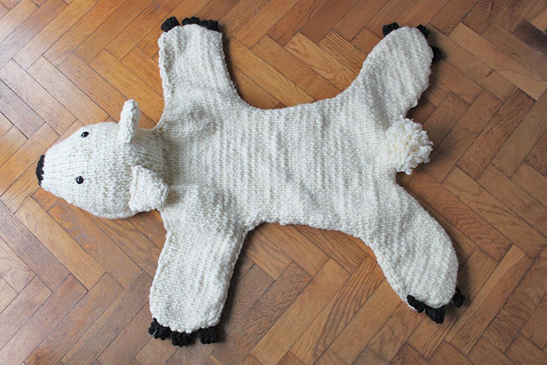 dywanik miś polarny na drutach rękodzieło
