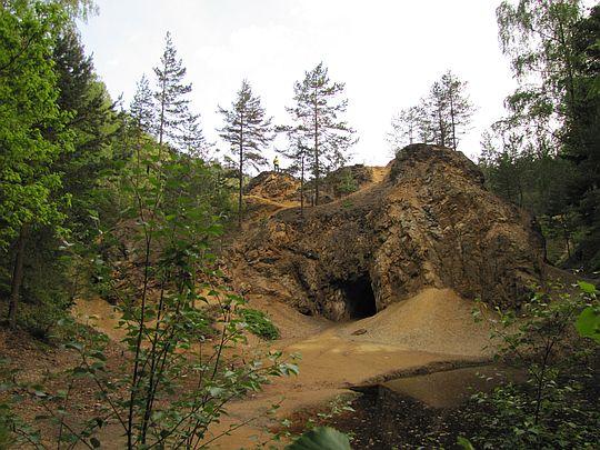 Skała z tunelem. Z prawej widać Jeziorko Żółte.