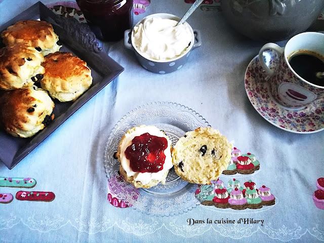 Scones aux raisins secs et crème façon clotted cream - Dans la cuisine d'Hilary