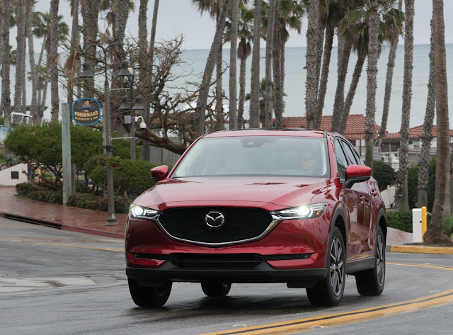 Front 3/4 view of 2017 Mazda CX-5 Grand Touring