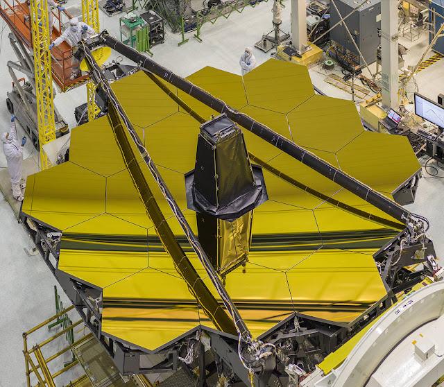Những chiếc gương kính khổng lồ màu vàng của Kính Viễn vọng Không gian James Webb. Gương kính rộng khoảng 6,5 mét và nặng khoảng 20 kg. Hình ảnh: NASA/Chris Gunn.