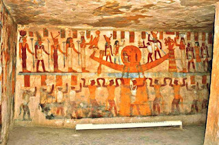 منظر رفع مركب إله الشمس بواسطة شو وأبنائه الأسود من مقبرة باننتيو بالواحات البحرية