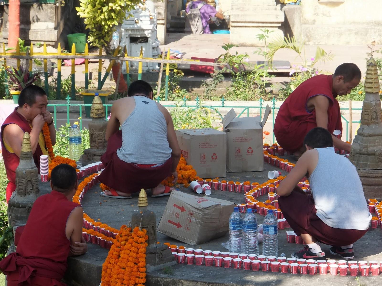 монахи буддисты выкладывают узор из цветов