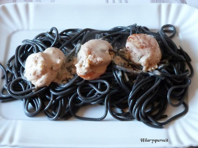 Spaghettis à l'encre de seiche aux Saint-Jacques